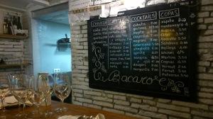 El Bacaro es pequeño pero su pizarra y su selección de vinos es grande, muy grande (no en tamaño).