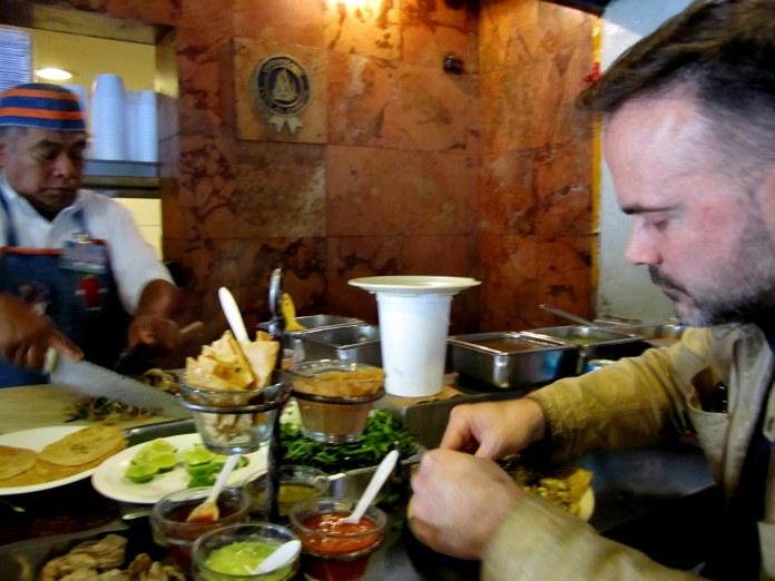 Las salsas del Tizoncito lo hicieron el mejor y más reconocido de los sitios en donde nació el taco al pastor. Ahora, a pesar del paso del tiempo, siguen siendo uno de los número uno. A pesar de que no haya taco igual a otro, muchos prefieren crear sus propios tacos con los ingredientes base que ellos ofrece: su salsita roja, su salsita verde, sus frijolitos picantes, etc.