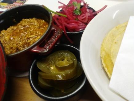 La Cochinita Pibil, una constante en las cartas de Madrid y Barcelona, aunque los bares no sean mexicanos. Lo cual da lugar a que a veces lo sirvan con jalapeños en lugar de habaneros.