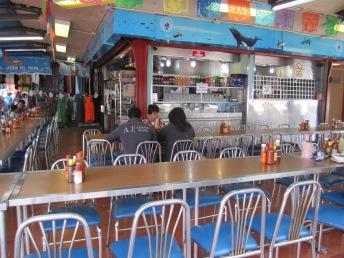 En horas pico, hay que elegir el restaurante con más gente. En horas no pico, cualquiera que tenga una o dos mesas ocupadas es bueno.