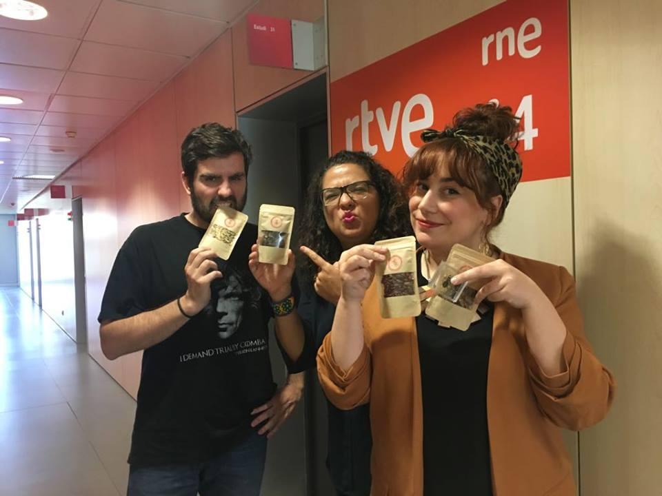 David Valdivia, Ana Luisa Islas (Ñam Ñam Barcelona), Carmen Alcaraz del Blanco minutos antes de entrar al aire.